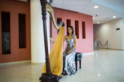 Надежда Сергеева покорила игрой на арфе легендарную балерину Карлу Фраччи