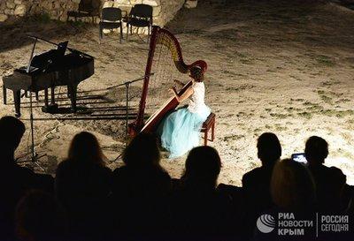 В Херсонесе сыграли классику на арфе и фортепиано